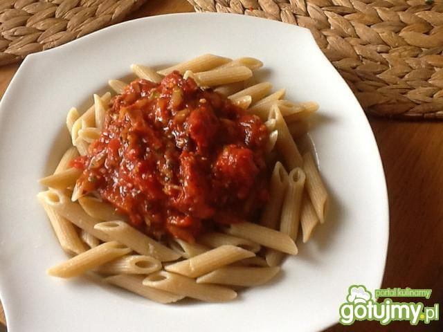 Razowy makaron z cukinią w sosie pomidor