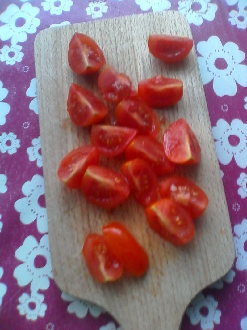 Resztkowa sałatka makaronowa z pomidorkami