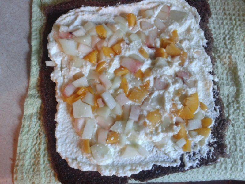 Rolada z białą czekoladą i ciastecz. brzoskwinią