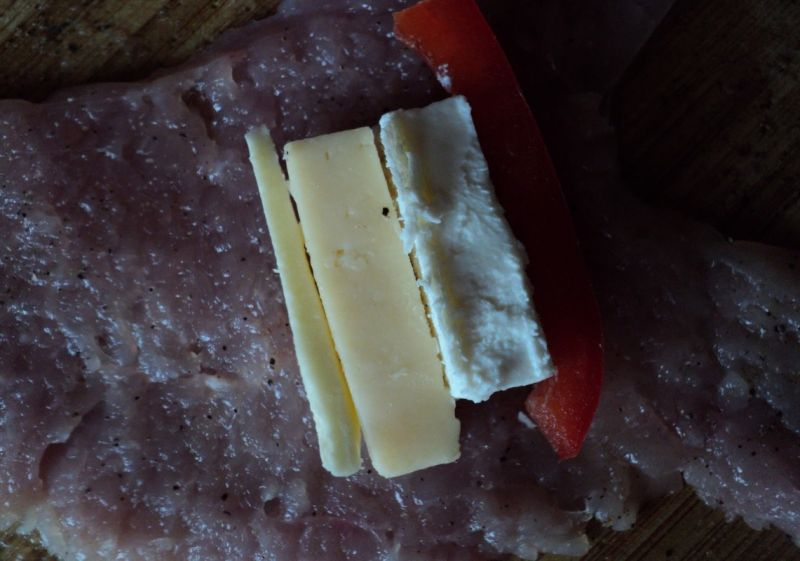 Roladki z indyka z fetą, serem żółtym i papryką