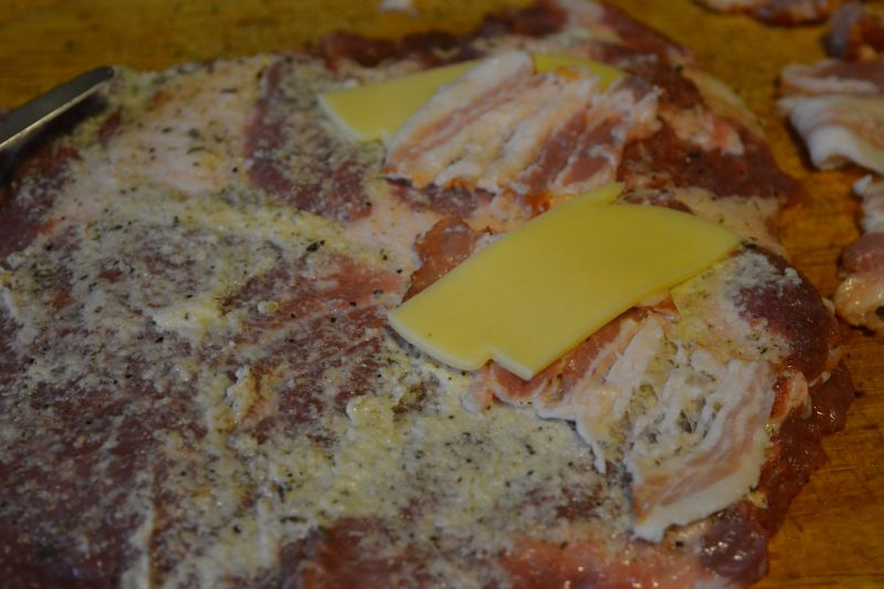Roladki z karkówki z boczkiem i serem