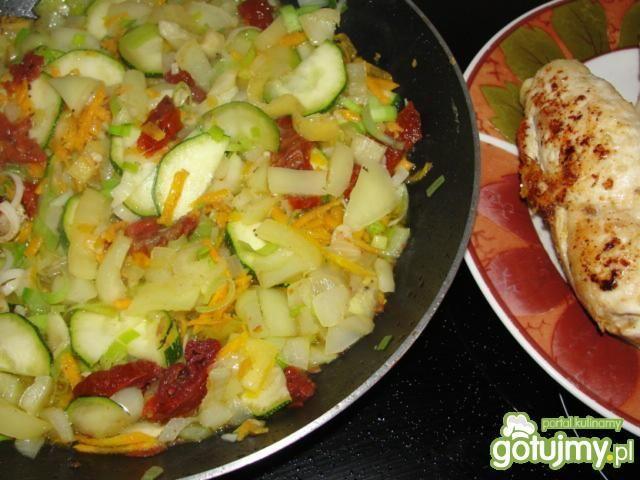 Roladki z pomidorami w warzywach