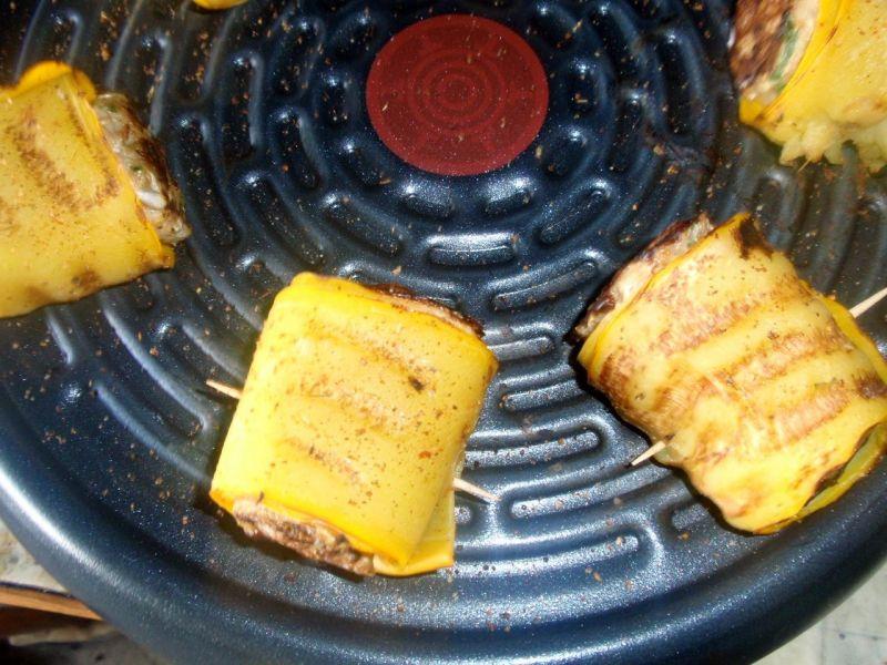 Rolsy z cukinii i mięsa mielonego z grilla