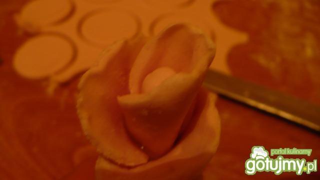 Róże z masy cukrowej