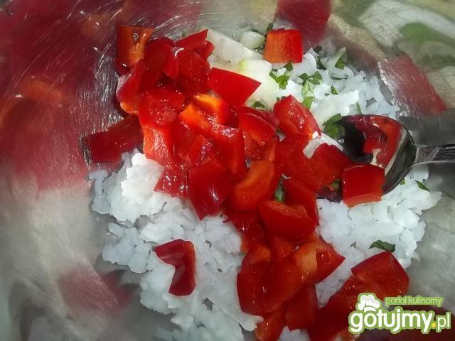 Ryżowa sałatka z marynowaną papryką