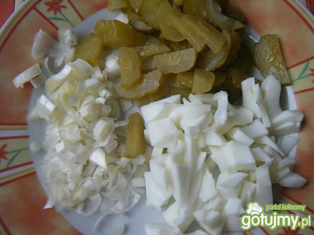 Sałata z kiszonym ogórkiem i porą