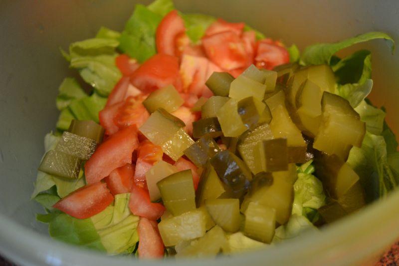 Sałata z ogórkiem kiszonym i pomidorem