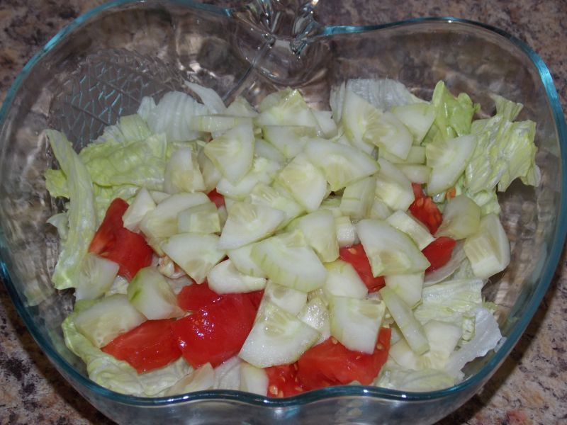 Sałata z warzywami, fetą i jajkiem