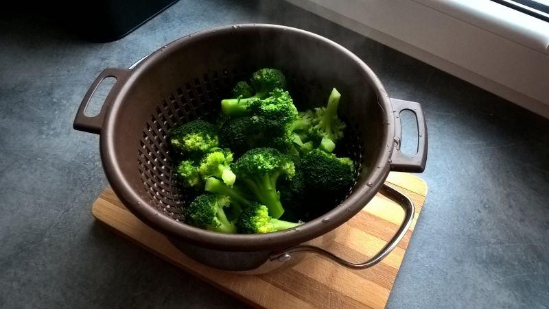 Sałatka brokułowa z boczkiem i sosem czosnkowym