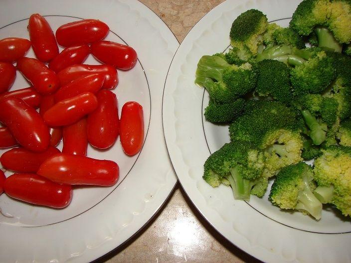 Sałatka brokułowa z fetą i kurczakiem