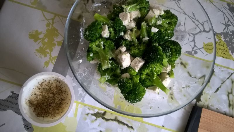 Sałatka brokułowa z fetą i płatkami migdałów