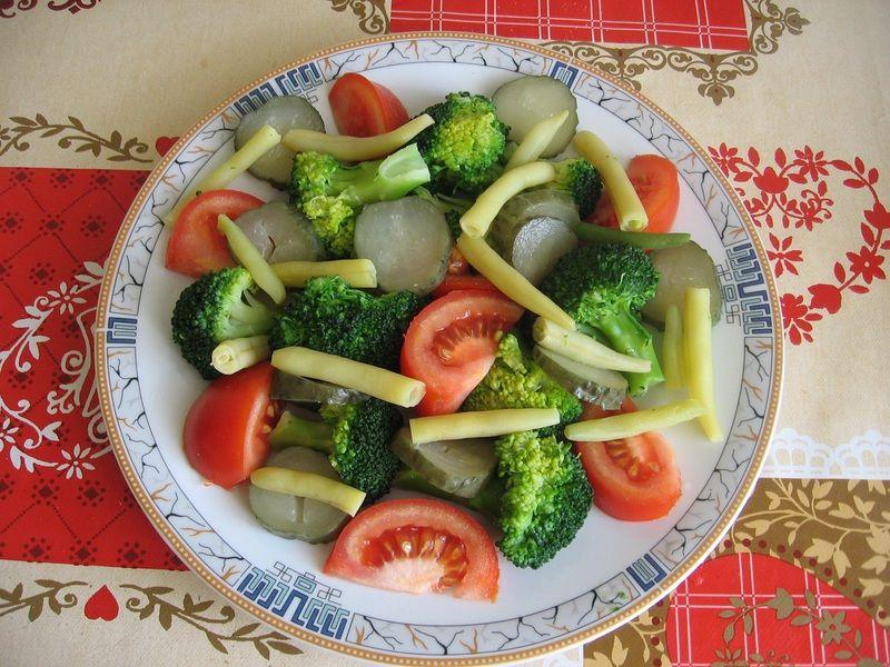 Sałatka brokułowa z sosem jogurtowym