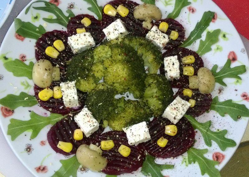 Sałatka brokułowo-buraczana z serem greckim