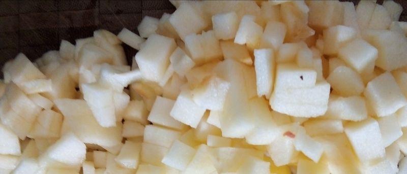Sałatka buraczkowa z matiasem, jabłkiem i koprem