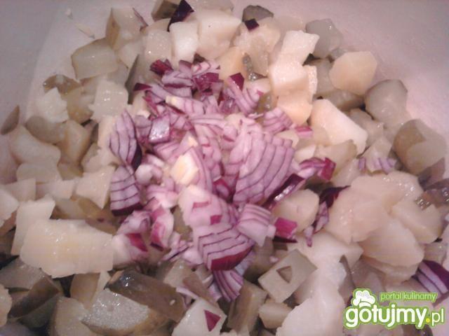 Sałatka grillowa z czosnkiem marynowanym