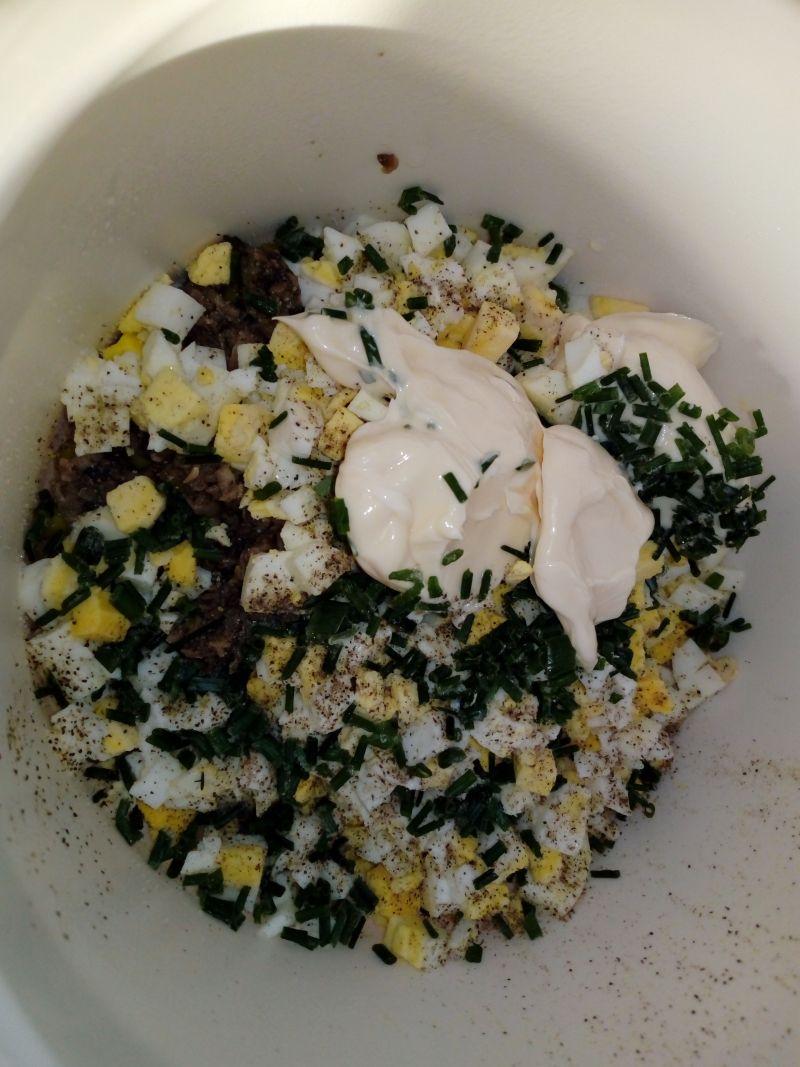 Sałatka jajeczna z pieczarkami i groszkiem