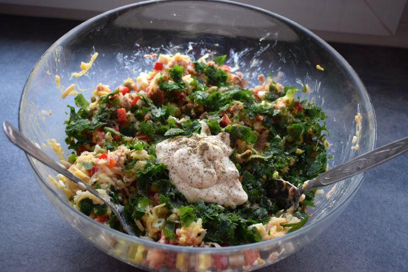 Sałatka jajeczna z tuńczykiem i papryką