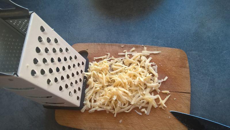 Sałatka jajeczna z żółtym serem i koperkiem