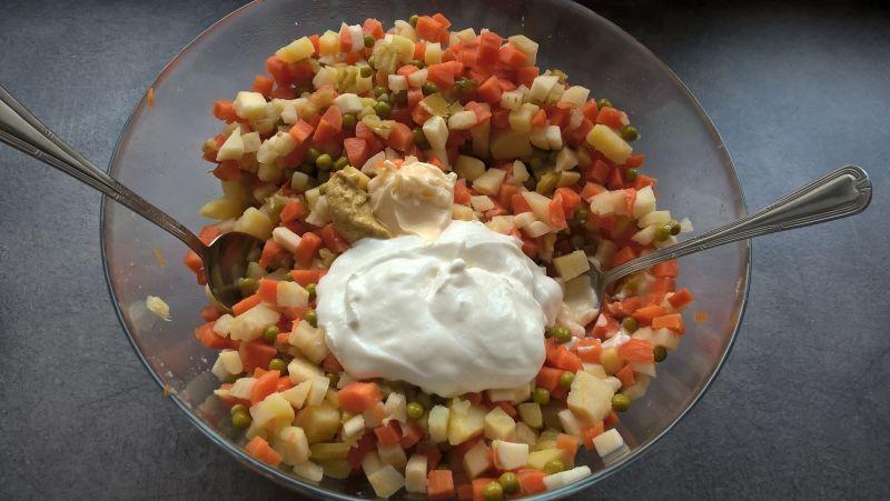 Sałatka jarzynowa z jogurtem naturalnym i koprem
