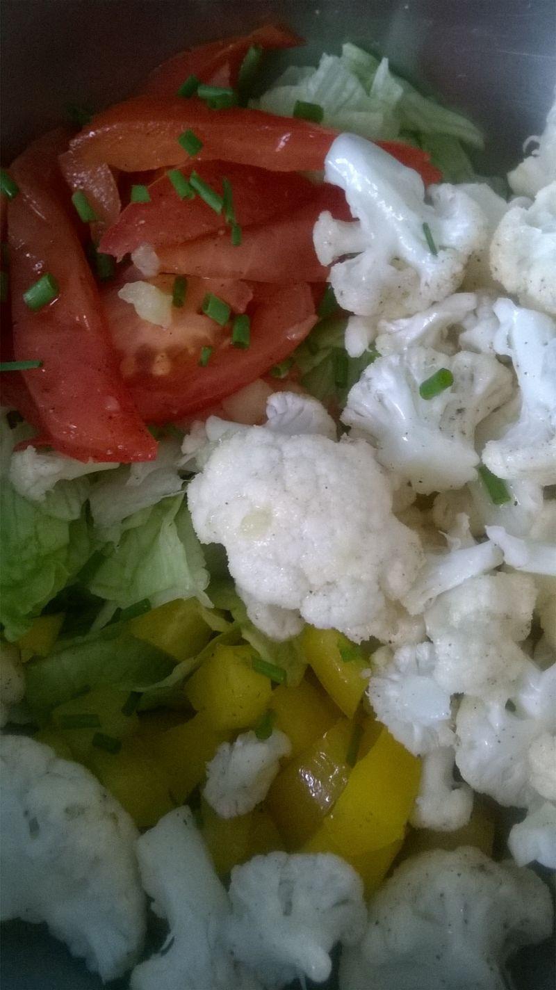 Sałatka lodowa z pomidorem, papryką i kalafiorem