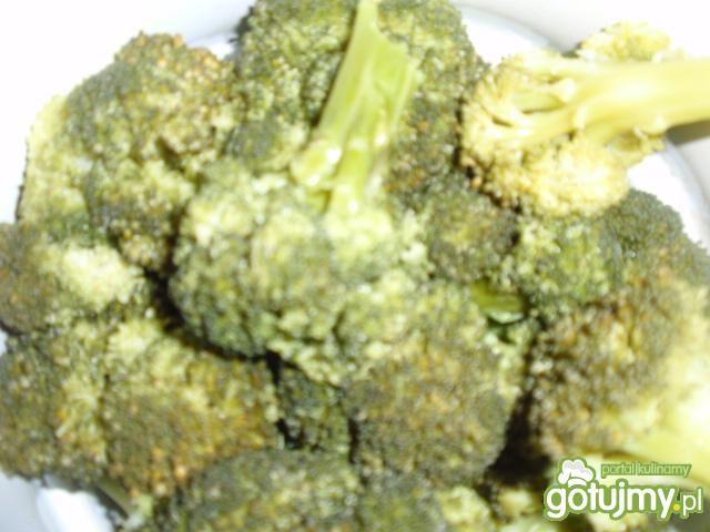 Sałatka makaronowa z brokułem.