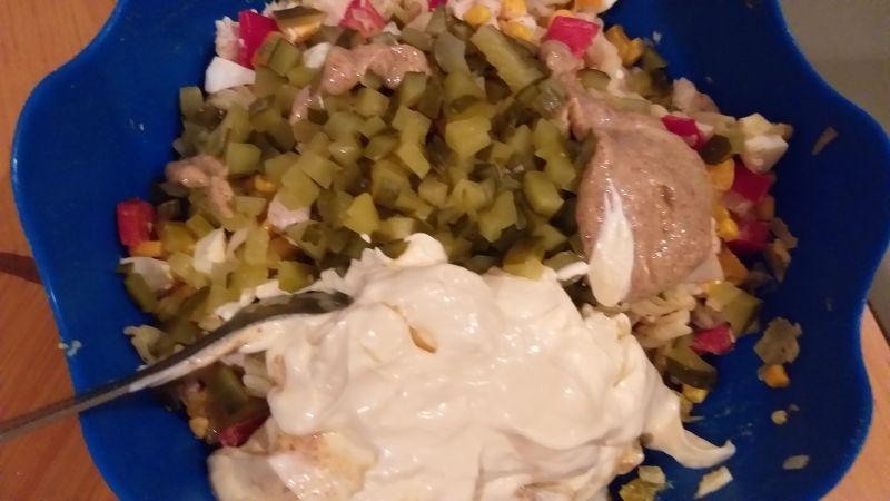 Sałatka makaronowa z gotowanym kurczakiem