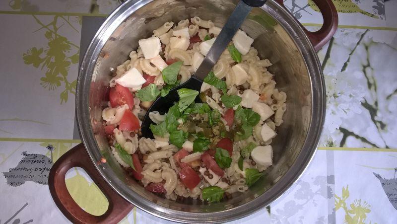 Sałatka makaronowa z pomidorem i mozarellą