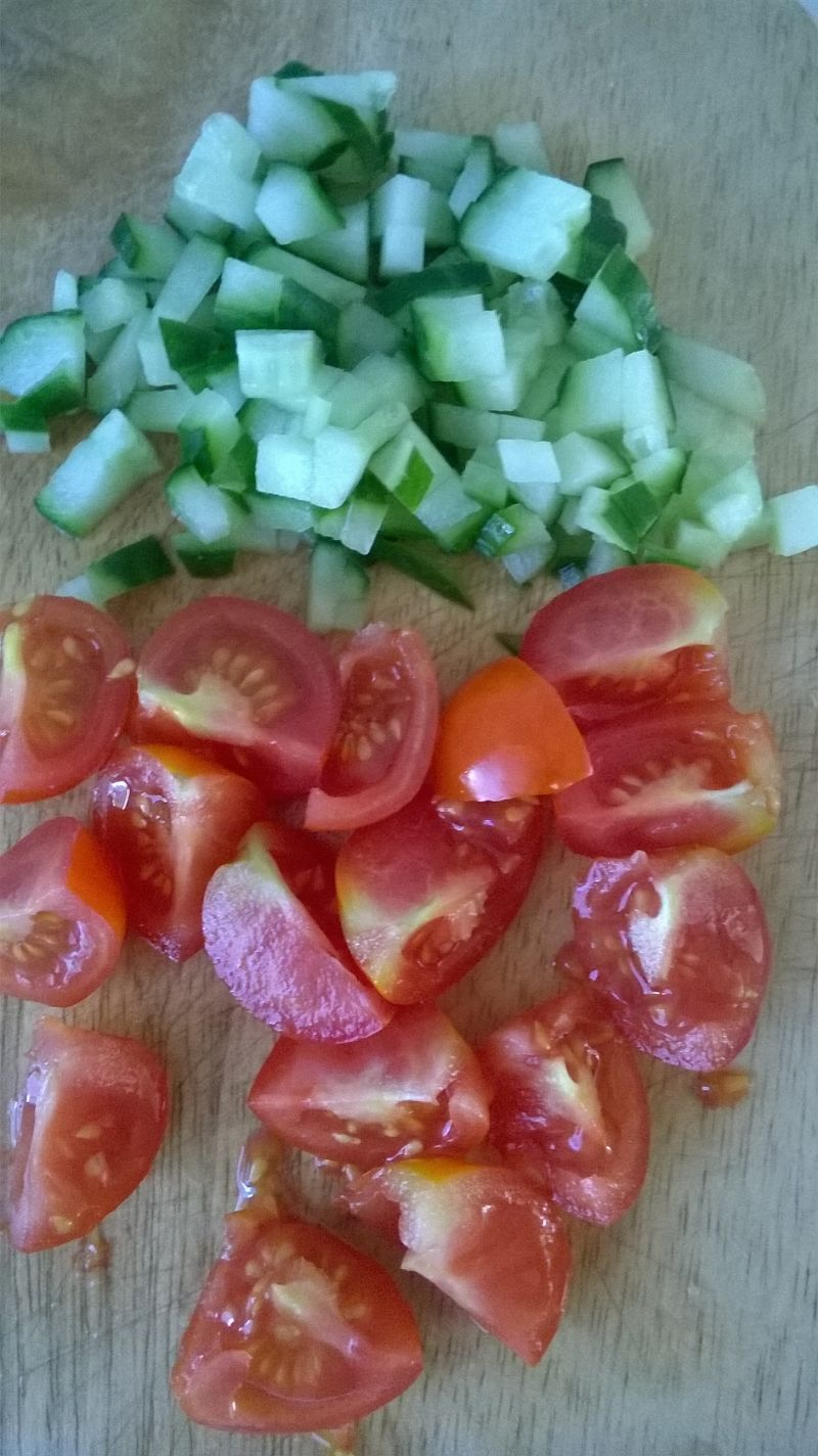 Sałatka makaronowa z pomidorkami, szynką, jajkiem