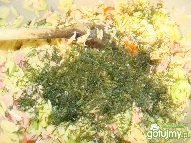 Sałatka makaronowa z wędzonym kurczakiem