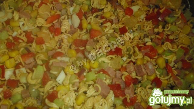 Sałatka na bazie zupek błyskawicznych