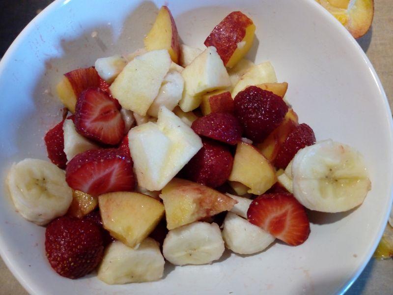 Sałatka owocowa z bitą śmietaną i czekoladą