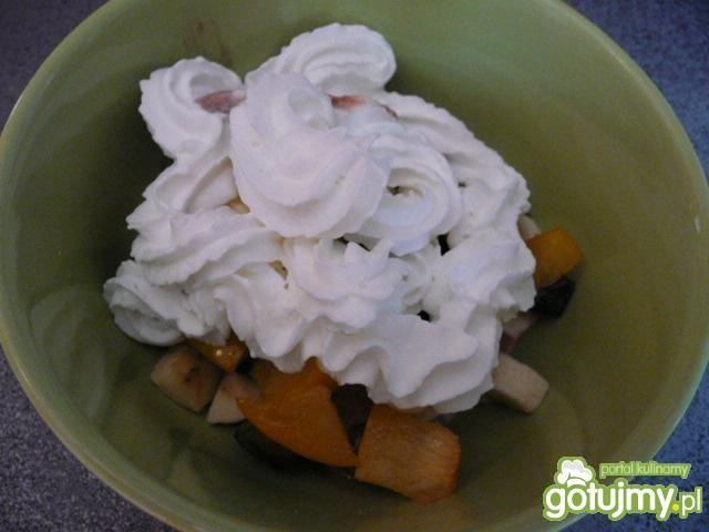 Sałatka owocowa z lodami i śmietaną