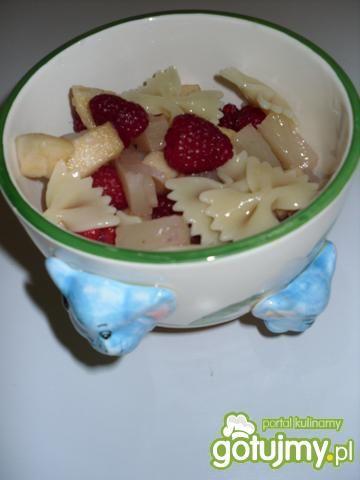 Sałatka owocowa z makaronem