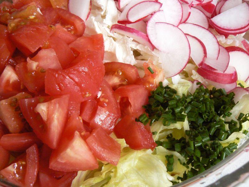 Sałatka pomidor rzodkiewka sałata i pyszny sos
