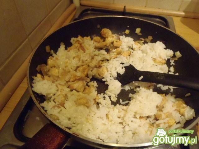 Sałatka ryżowa w ananasie