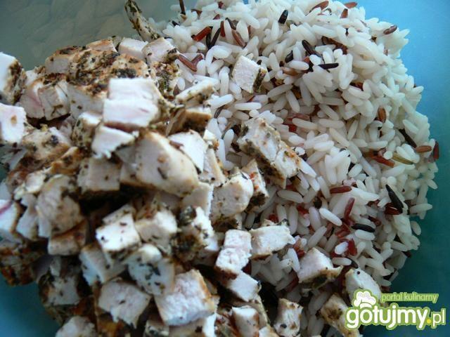 Sałatka ryżowa z grillowanym kurczakiem
