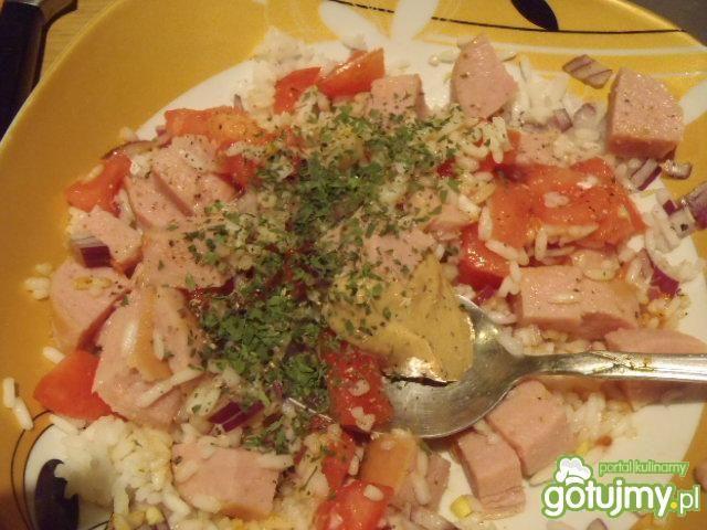 Sałatka serdelkowa z ryżem