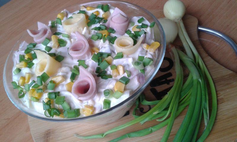 Sałatka serowa z szynką i jajkiem