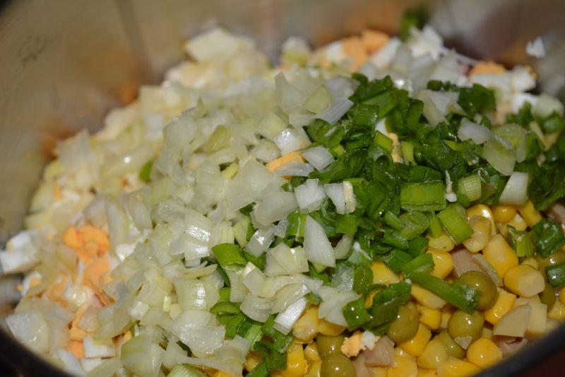 Sałatka serowa z szynką i pieczarkami