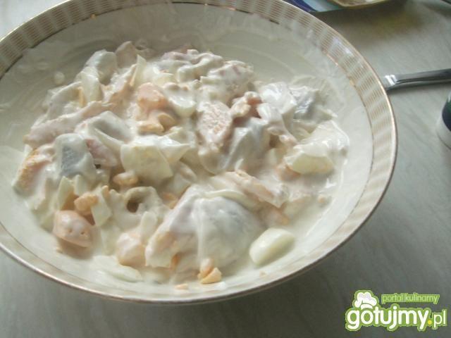 Salatka sledziowa w jabluszku.