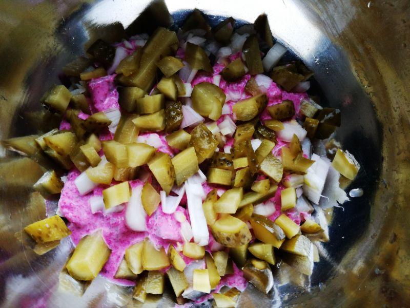 Sałatka śledziowa z ćwikłą i gotowanymi warzywami