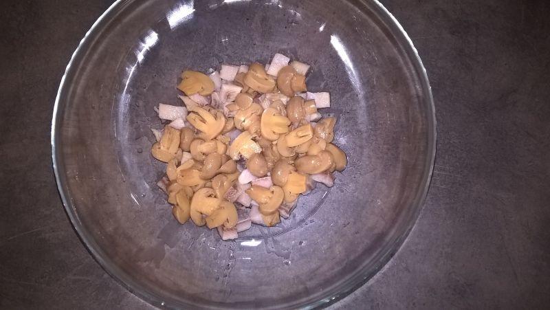 Sałatka śledziowa z fasolą i orzechami