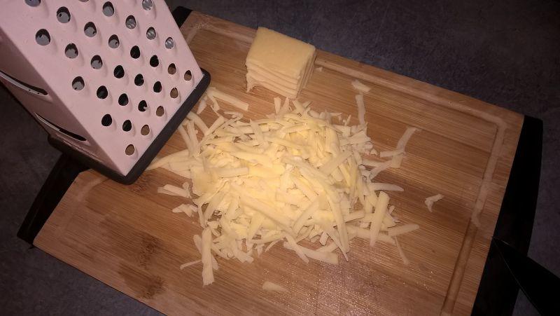 Sałatka śledziowa z porem i żółtym serem