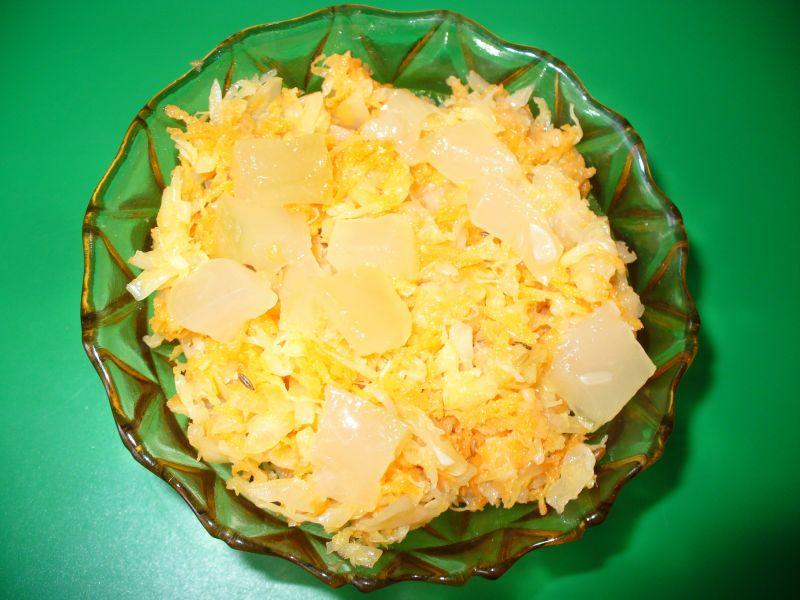 Sałatka - surówka z kapusty kiszonej z ananasem