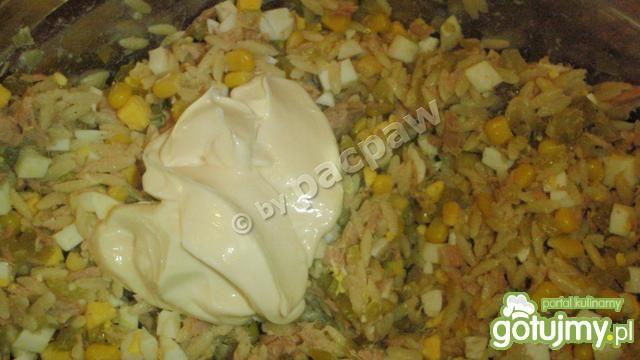 Sałatka tuńczykowa z oszukanym ryżem