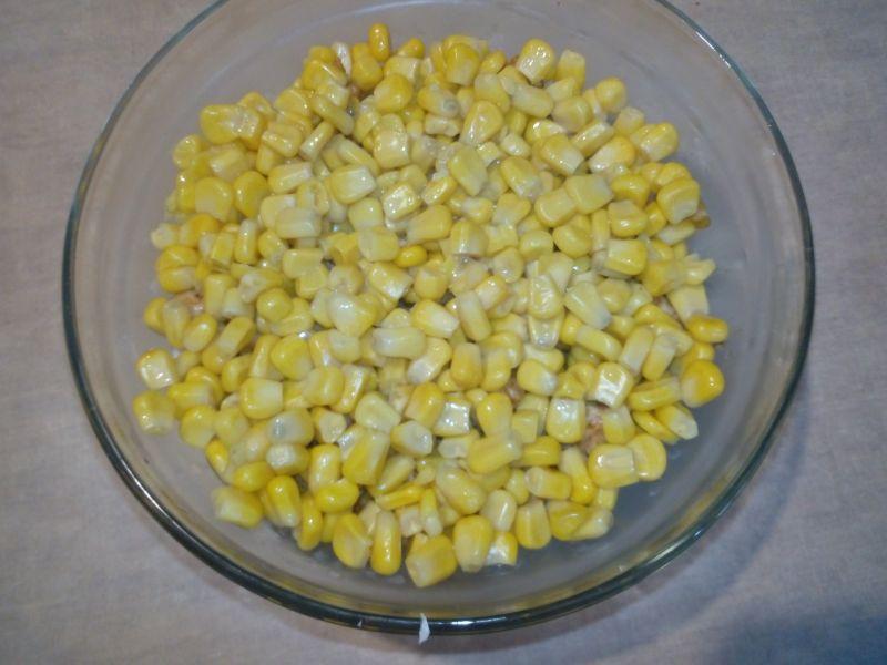 Sałatka warstwowa z prażoną cebulką
