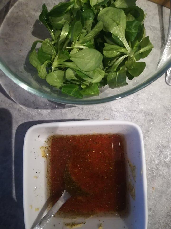 Sałatka warstwowa z sosem malinowym