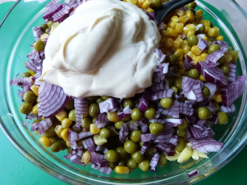 Sałatka warzywna z czosnkiem
