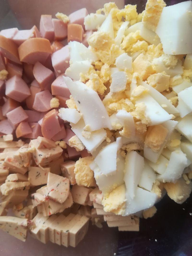 Sałatka warzywna z jajkiem, jabłkiem i serkiem
