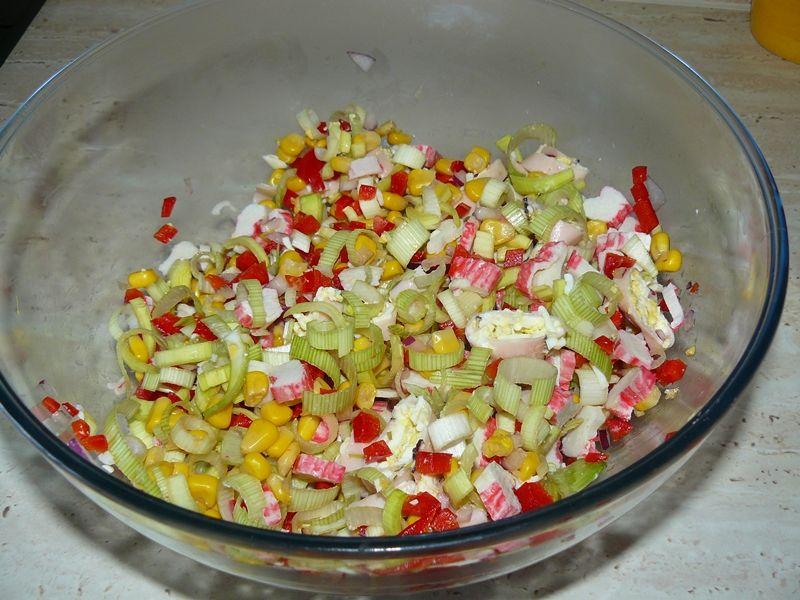 Sałatka warzywna z kuskusem i surimi